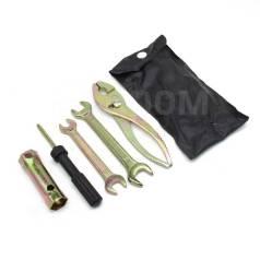 Набор инструментов(гаечные ключи пассатижы, свечник, отвертка)