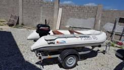 Надувная лодка с мотором и прицепом.