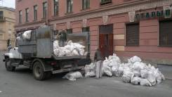 Вывоз мусора 1200 грузовик. Грузчики.