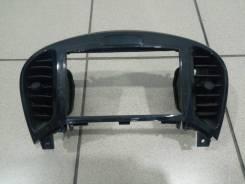 Рамка магнитолы Nissan Juke 2013 года.