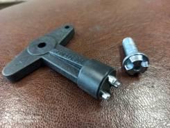 Ключ и болты крепления колпаков Lada Largus