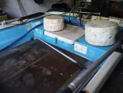 Пластиковую моторную лодку